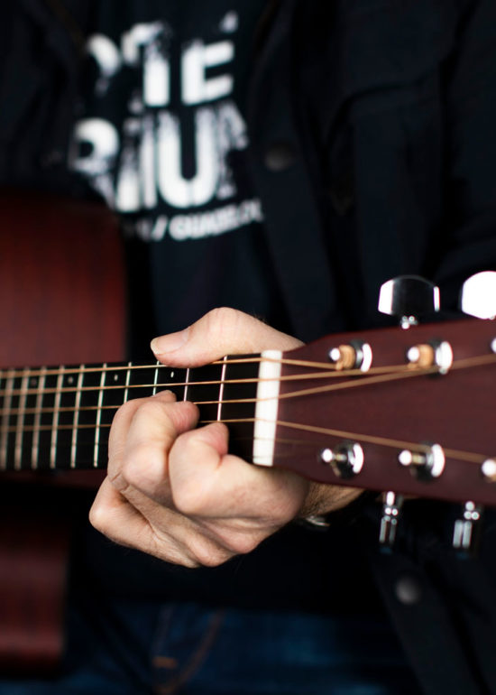 Portrett musiker Halvdan spiller gitar