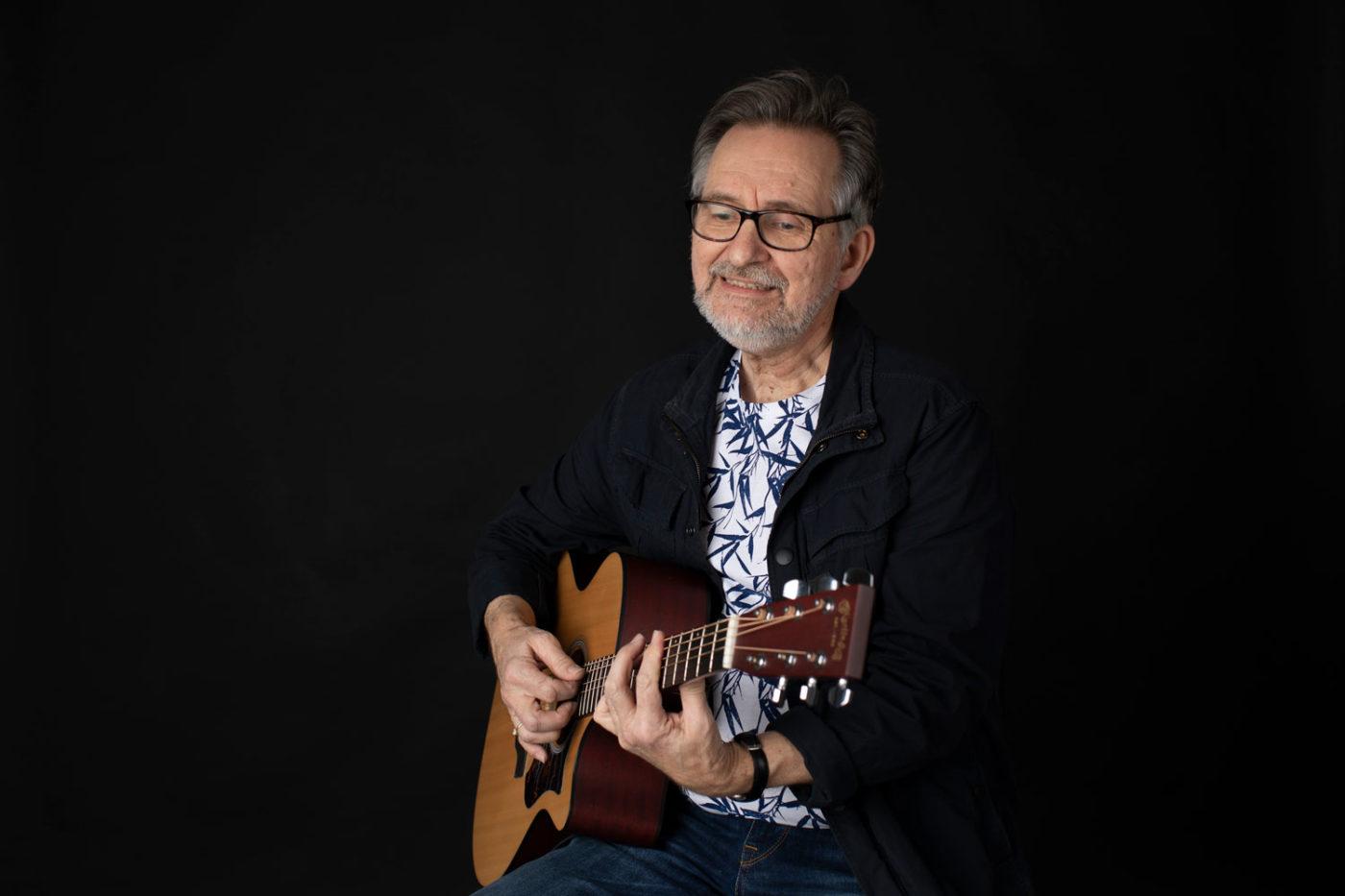 Portrett musiker Halvdan med gitar